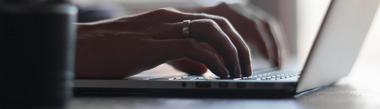 Une personne qui travaille sur son ordinateur