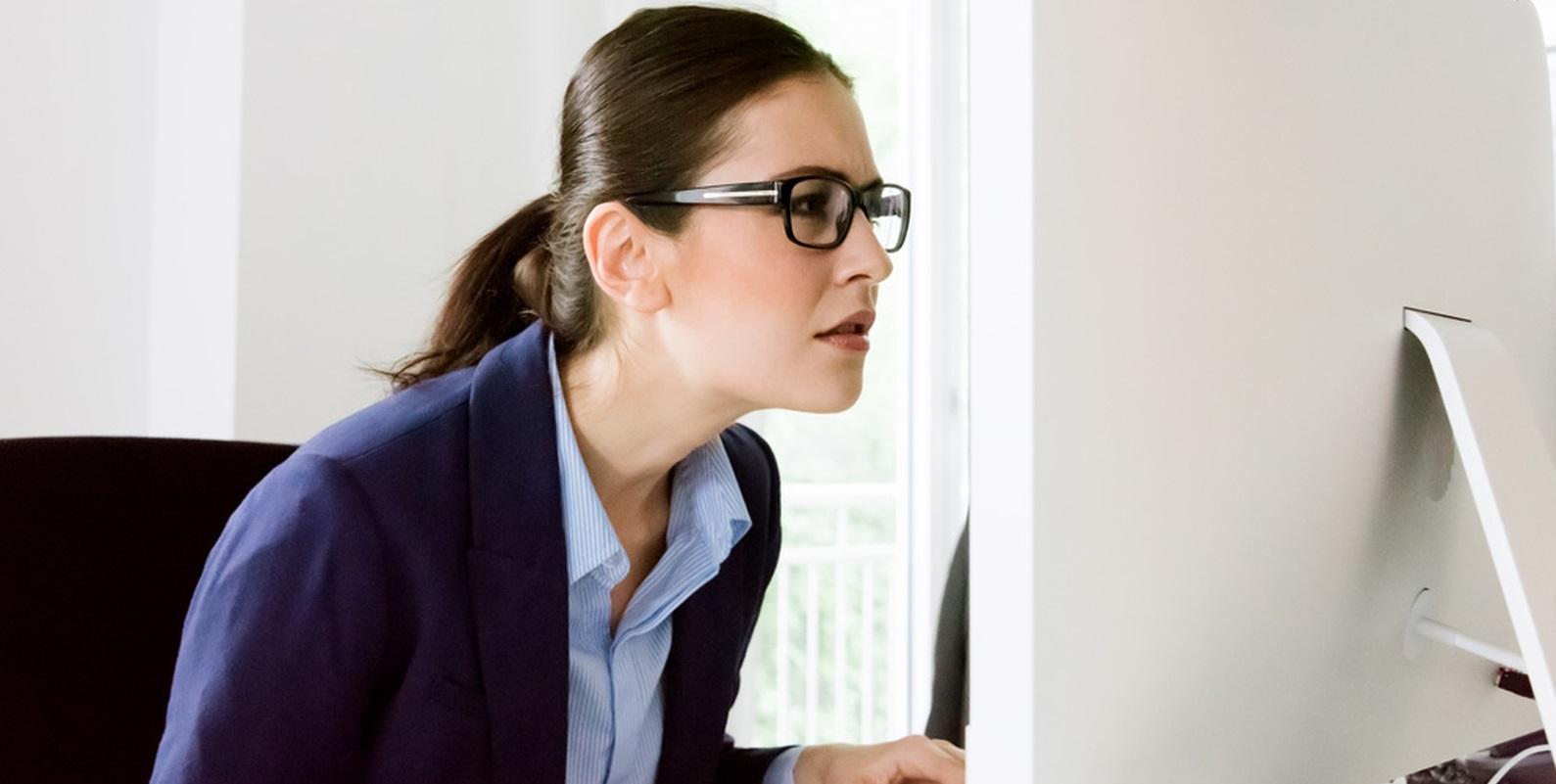 femme concentrée écran