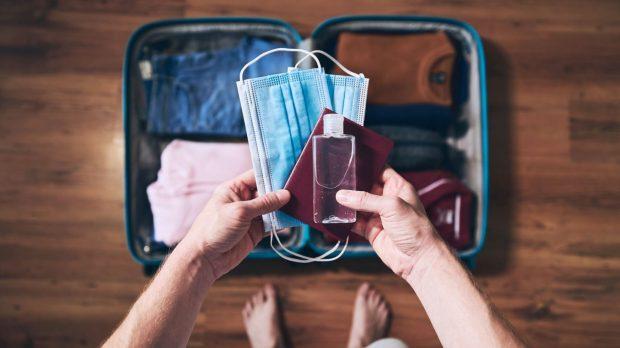Valise avec masques passeport et gel