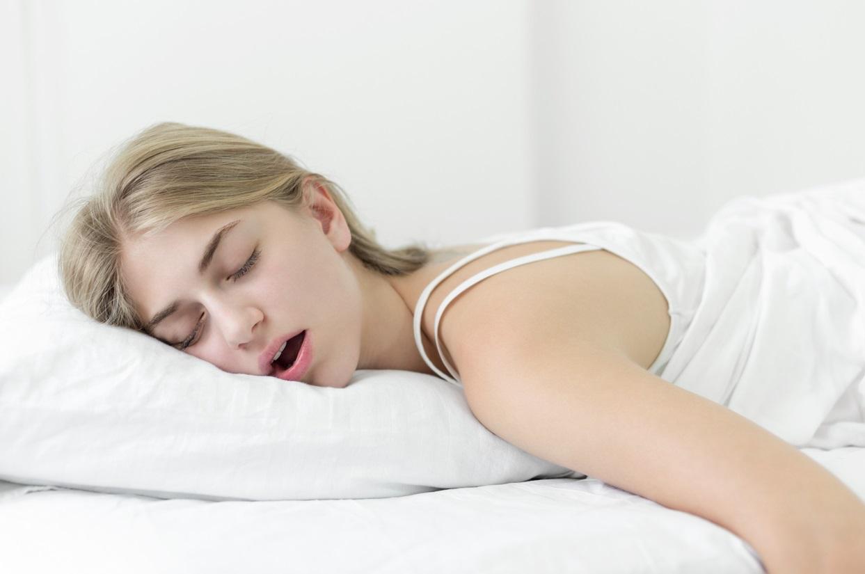 Femme qui dort la bouche ouverte